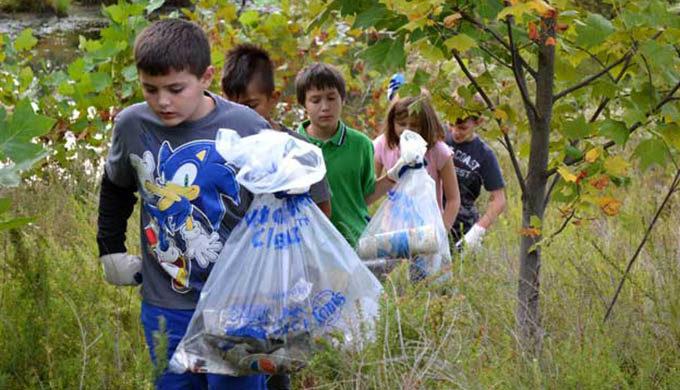 Children pick up trash at the Bog Cleanup along the South River, MD. | Jennifer Carr